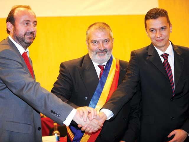 Adrian Orza (stânga) – viceprimar, Gheorghe Ciuhandu (mijloc) – primar, şi Sorin Grindean (dreapta) – viceprimar negociază direct cu afacerişti dubioşi condamnaţi
