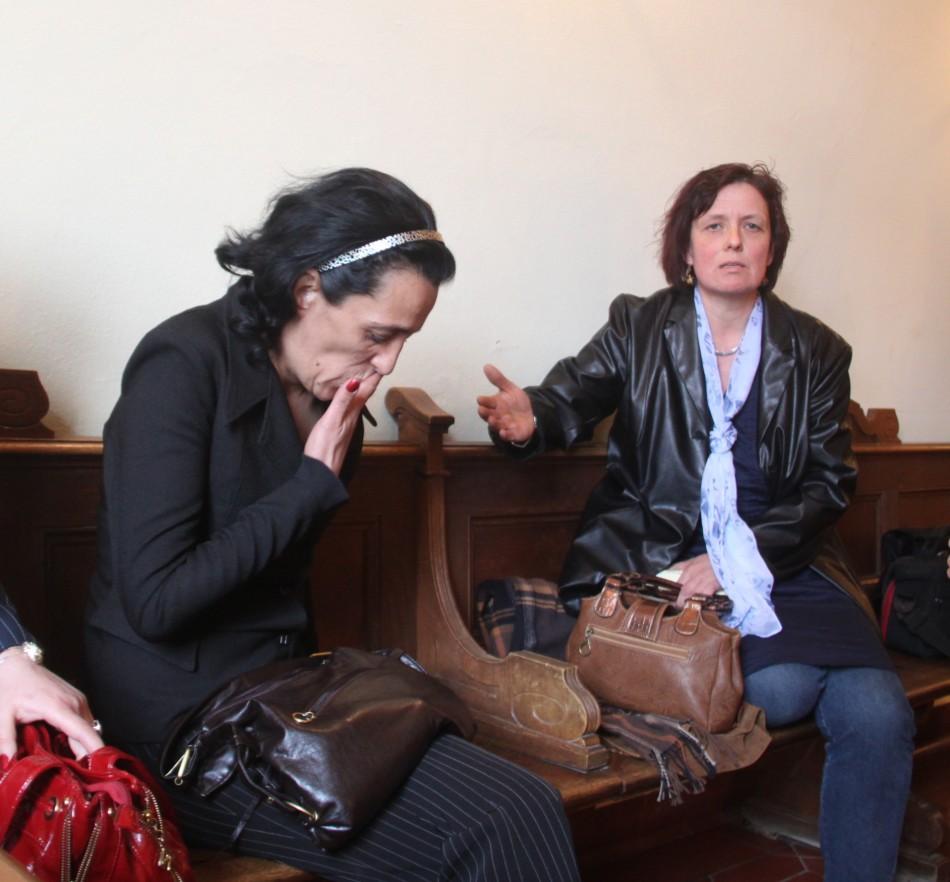 Razboi pe holul tribunalului din Schweinfurt. Mama naturala (stanga) si Korina Biemueller.