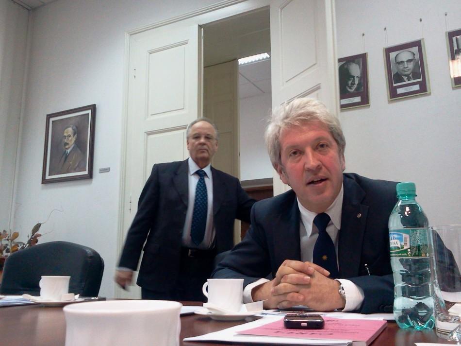 Rectorul UMF Timişoara Ştefan Drăgulescu şi Dan Gaiţă, secretar ştiinţific al Senatului UMF (în prim-plan)